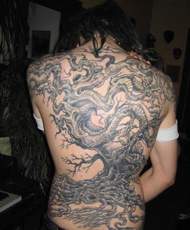 Tatuaggio grande sulla schiena l&quotalbero con la radice
