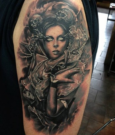 Tatuaje en el brazo, mujer bruja misteriosa, colores negro y blanco