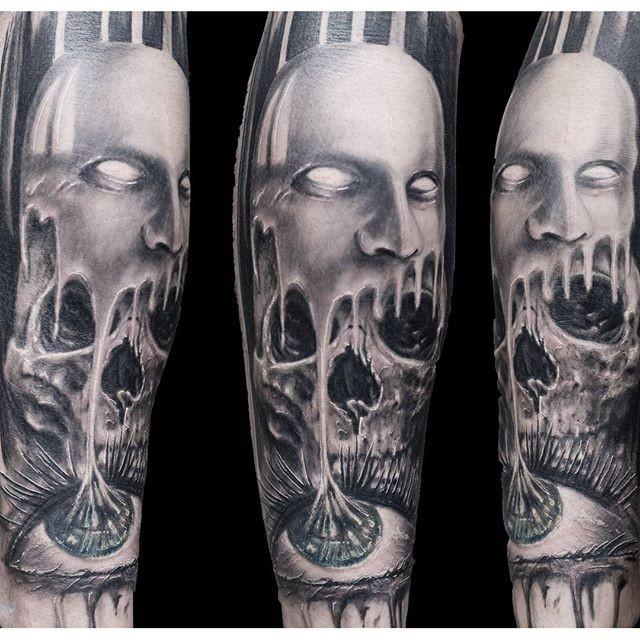 Tatuaje en el antebrazo, cráneo con máscara, diseño horroroso