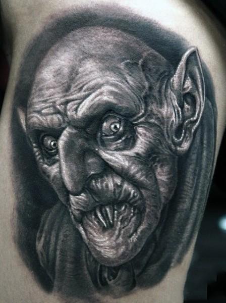 vecchio film orrore nero e bianco raccapricciante vampiro tatuaggio su coscia