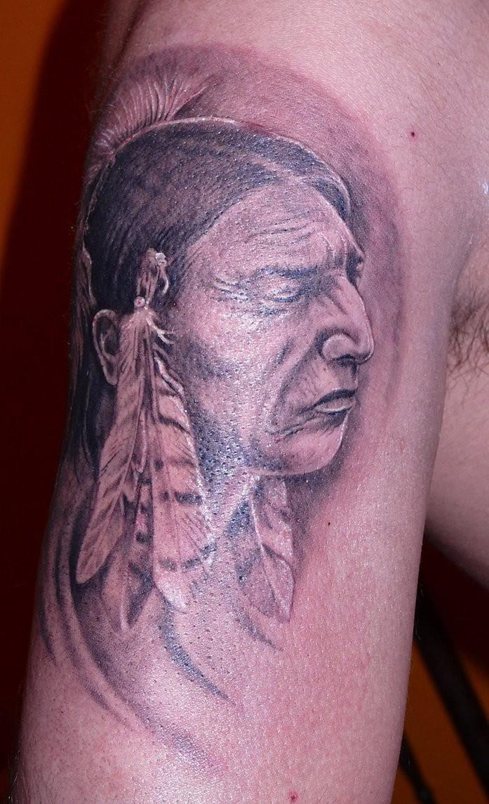 Altes indianisches Tattoo am halben Ärmel von Fiesta