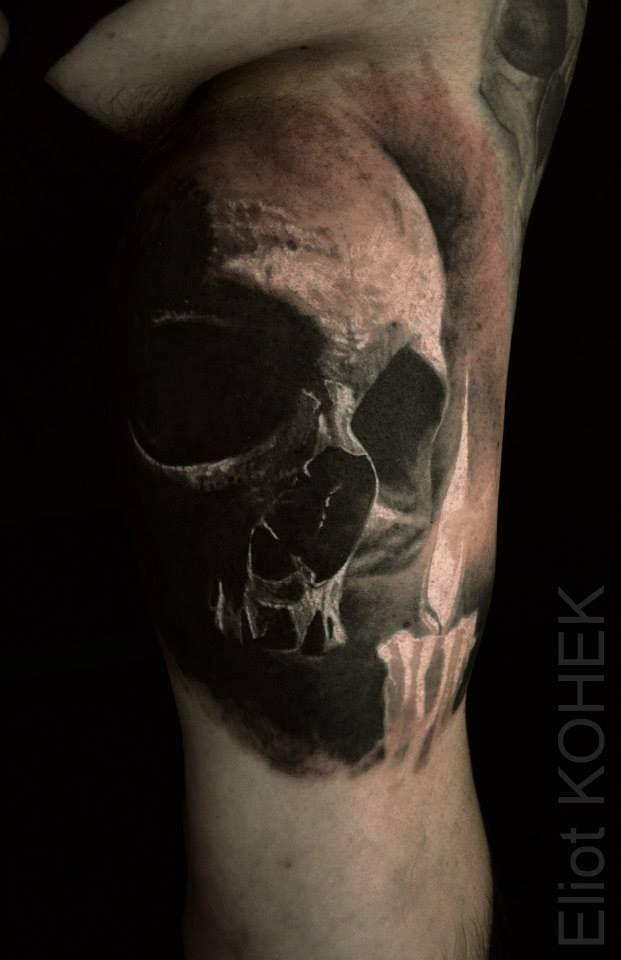 Alt aussehende farbige Seitentätowierung des menschlichen Schädels durch Eliot Kohek