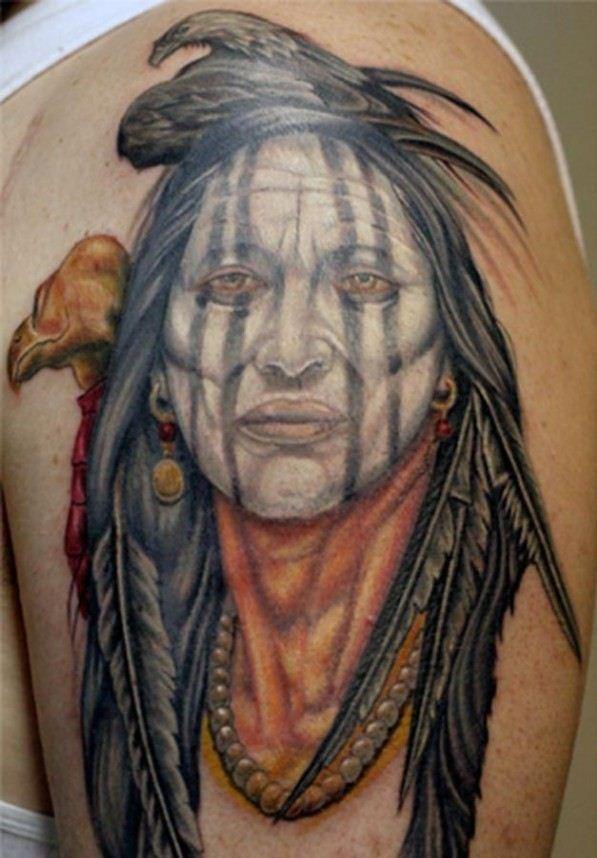 Alte indianische Fraue mit Adler Tattoo