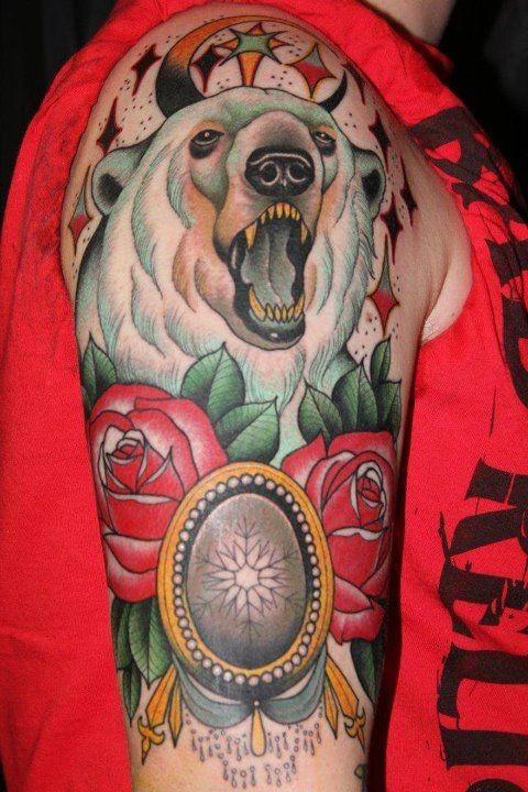 Tatuaggio stilizzato sul braccio l&quotorso polare & le rose