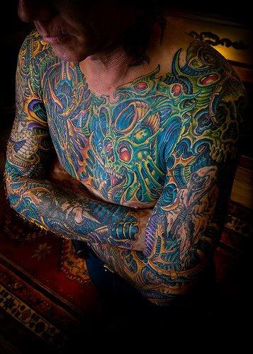 vecchia scuola biomeccanica tatuaggio colorato
