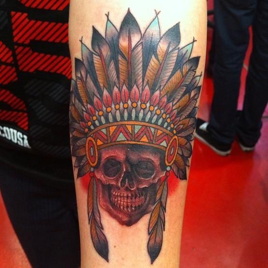 vecchia scuola colorato capo indiano cranio tatuaggio su braccio