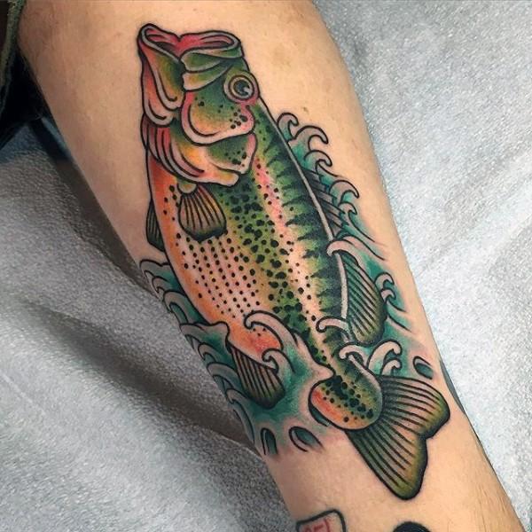 vecchia scuola colorata pesche in acqua tatuaggio su gamba