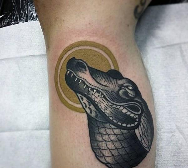 vecchia scuola disegno nero e bianco testa di alligatore tatuaggio su braccio