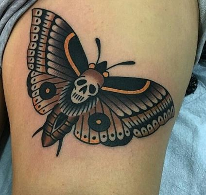 Tatuaje en el muslo,  polilla misteriosa docorada con cráneo, estilo old school