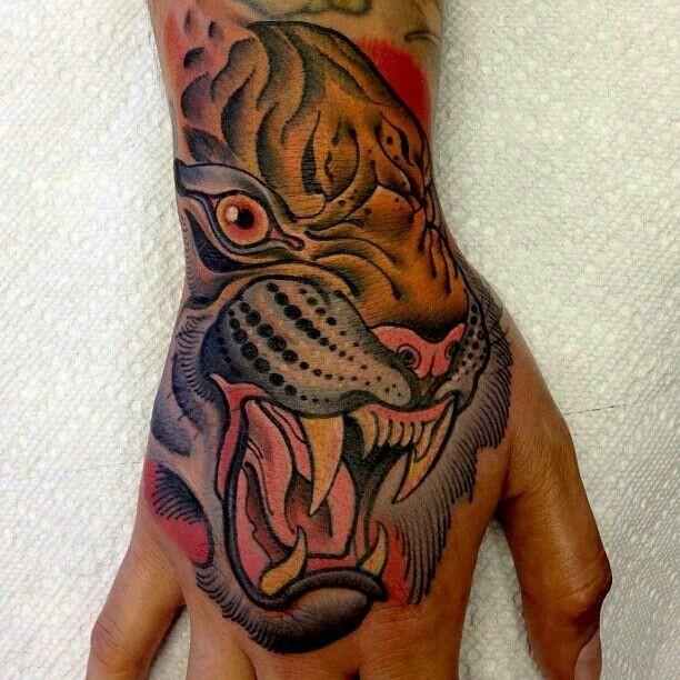 vecchia scuola testa tigre aggressivo tatuaggio su mano