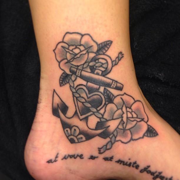 vecchia scuola fiori e ancora su caviglia tatuaggio
