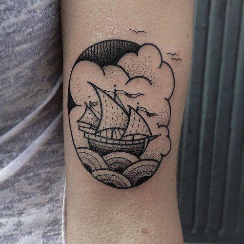 oldschool umrahmtes segelschiff unterarm tattoo mit seeszenen und kleinen m wen. Black Bedroom Furniture Sets. Home Design Ideas