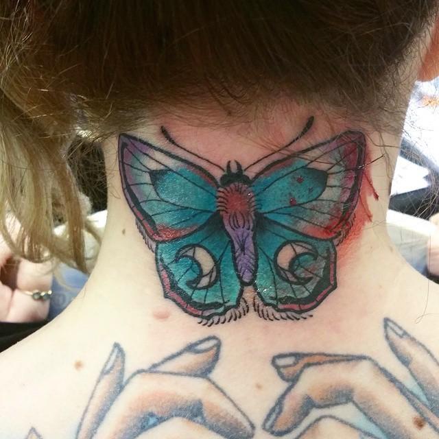 Oldschool mehrfarbiges Schmetterling Tattoo am Hals mit