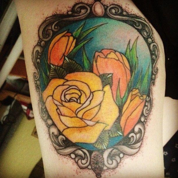 vecchia scuola multicolore ritratto fiori tatuaggio su braccio