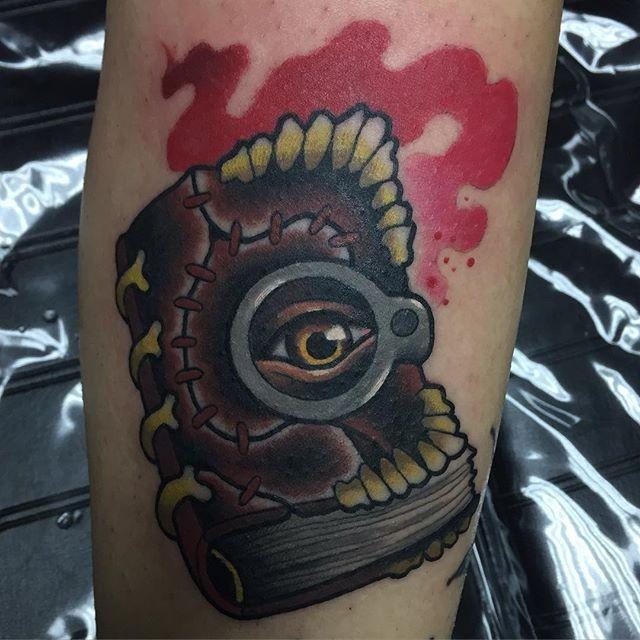 Tatuaje en la pierna, libro extraño con ojo misterioso
