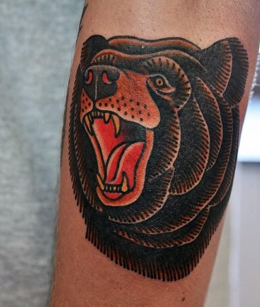 Tatuaje en el brazo, oso pardo único, estilo old school
