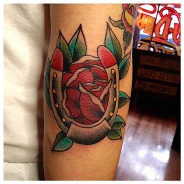 vecchia scuola rosa rossa e ferro di cavallo tatuaggio