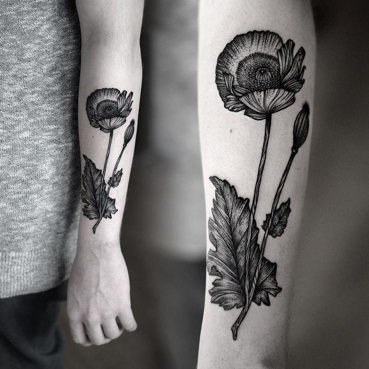 vecchia scuola stile inchiostro nero grande fiore tatuaggio su braccio