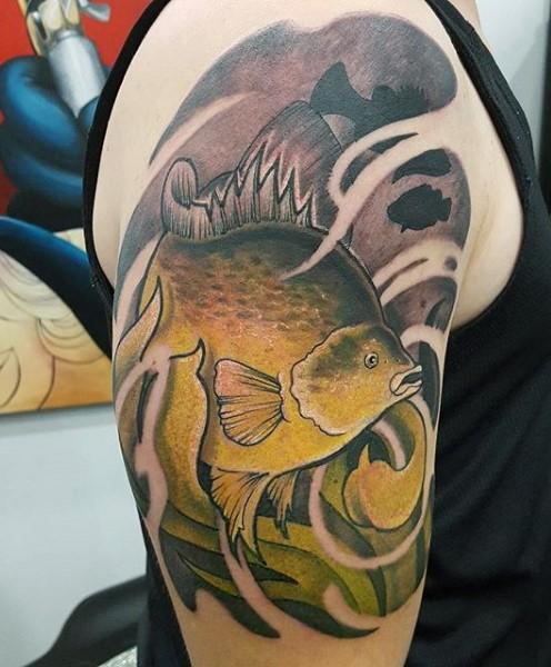 vecchia scuola stile colorato grande pesce tatuaggio su spalla