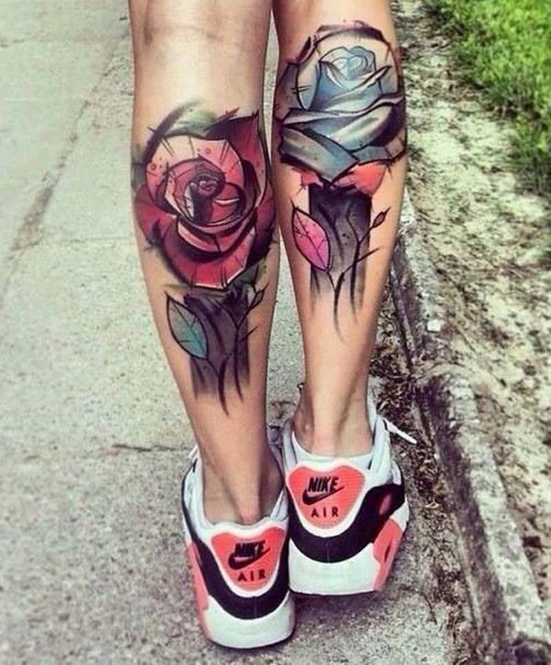 Oldschool Stil farbige große Rosen Tattoo an den Beinen