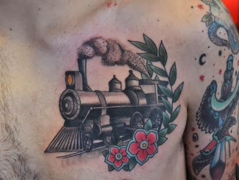 Tatuaggio petto colorato in stile vecchia scuola con treni a vapore