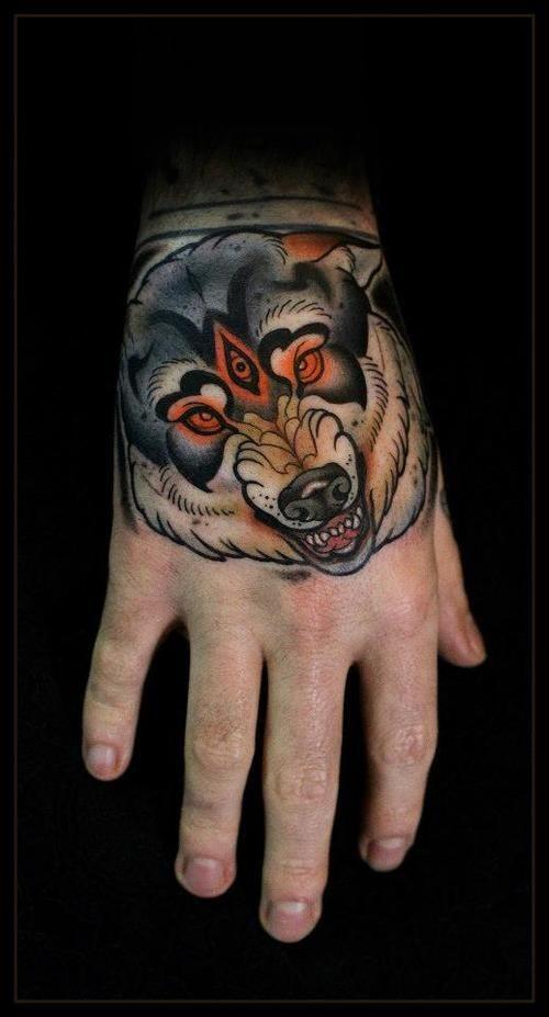 Tatuaje en la mano,  lobo demoniaco multicolor, estilo old school