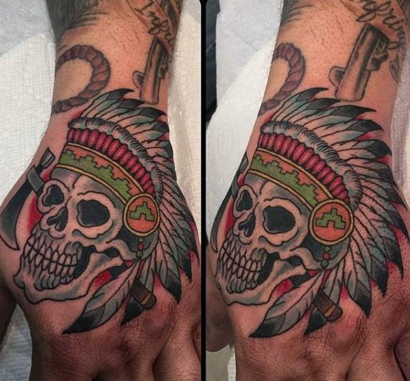 Tatuaje en la mano,  cráneo indio de estilo old school