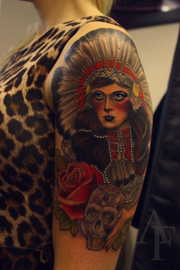 Altschulstil farbiger Oberarm Tattoo der Indianischen Frau mit Schädel und Rose