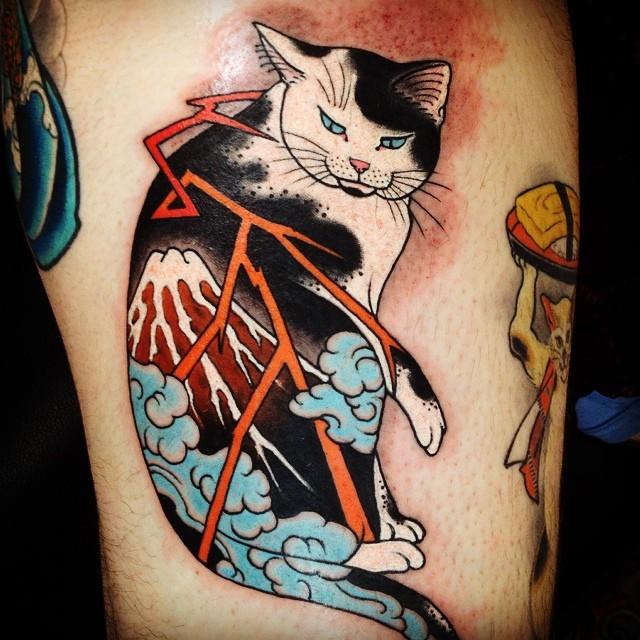 Tatuaggio alla coscia colorato in stile vecchia scuola del gatto Manmon stilizzato con vulcano e fulmine