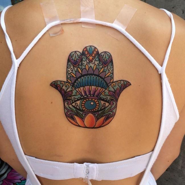 Tatuaje en la espalda, jamsa fascinante abigarrada