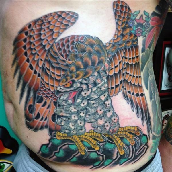 Tatuaje en el costado,  águila exclusiva abigarrada, old school