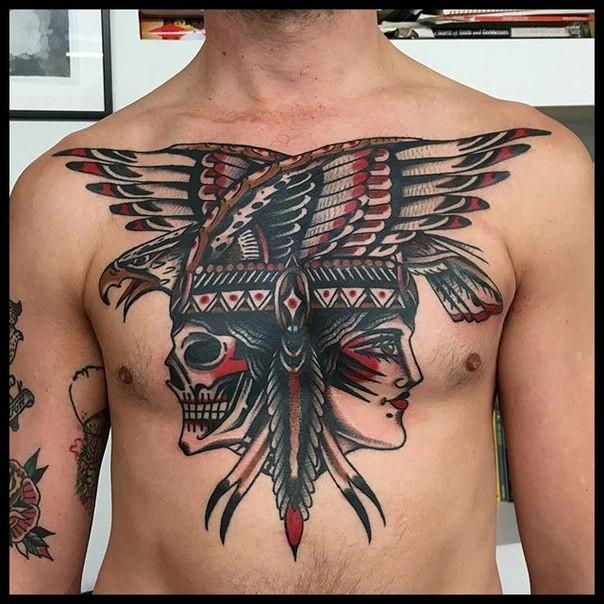 Tatuaje en el pecho,  cráneo y mujer indios y águila, estilo old school estupendo multicolor