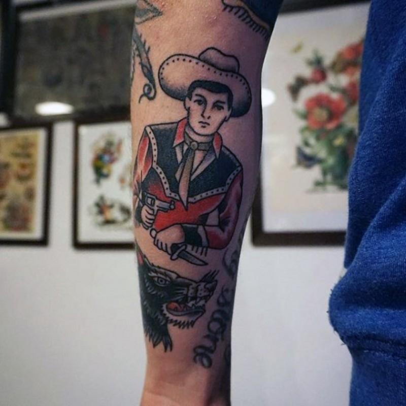 Tatuaje en el antebrazo, vaquero lindo con arma y lobo, old school