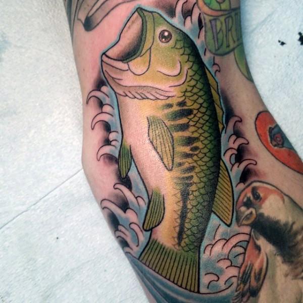 vecchia scuola stile dipinto colorato pesce tatuaggio su braccio