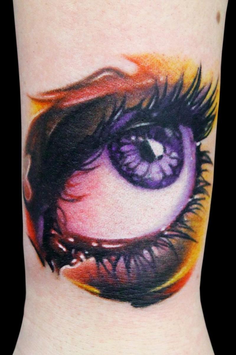 Tatuaje en el tobillo,  ojo grande maquillado de varios colores