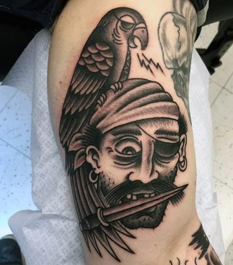 Tatuaje en el brazo, pirata con loro únicos, old school
