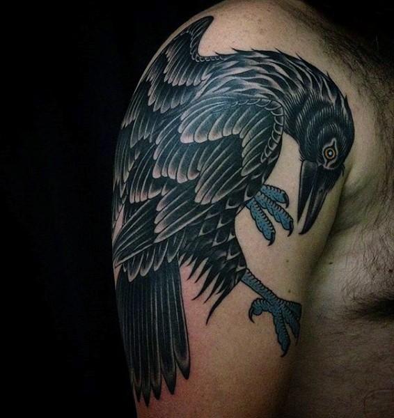 vecchia scuola stile dipinto colorato grande corvo tatuaggio su spalla