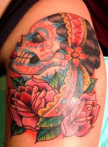 vecchia scuola stile dipinto Messicano colorato femminile cranio con fioretatuaggio su spalla