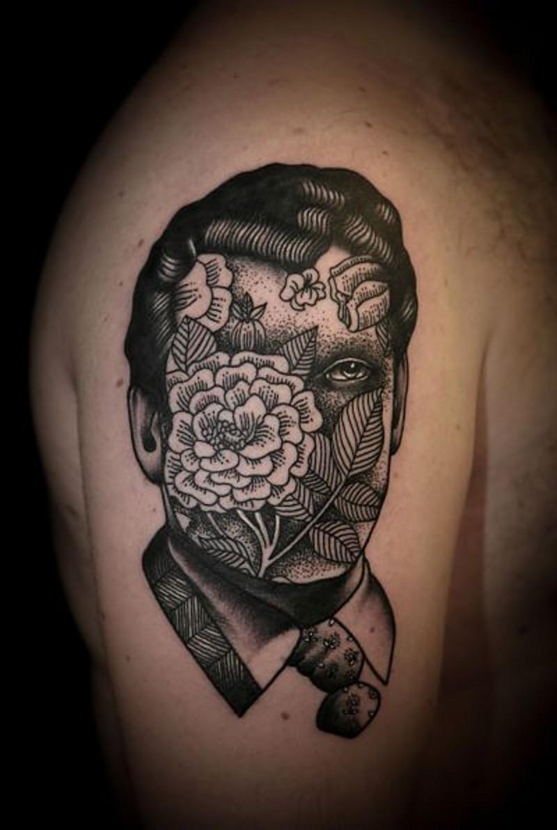 vecchio stile nero e bianco ritratto con fiori su viso tatuaggio su spalla