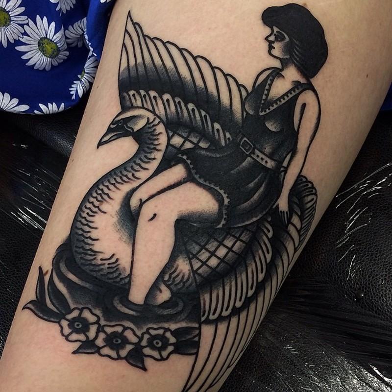 vecchio stile inchiostro nero donna su cigno tatuaggio su braccio