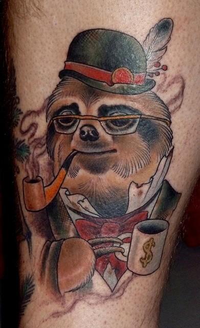 Vecchio stile colorato signore bradipo fumante tatuaggio su gamba