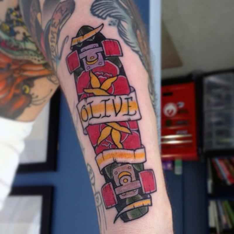 vecchio stile colorato skateboard con con lettere banner tatuaggio su braccio