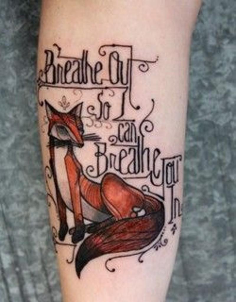 vecchio stile progettato e dipinto piccolo colorato volpe con lettere tatuaggio su braccio