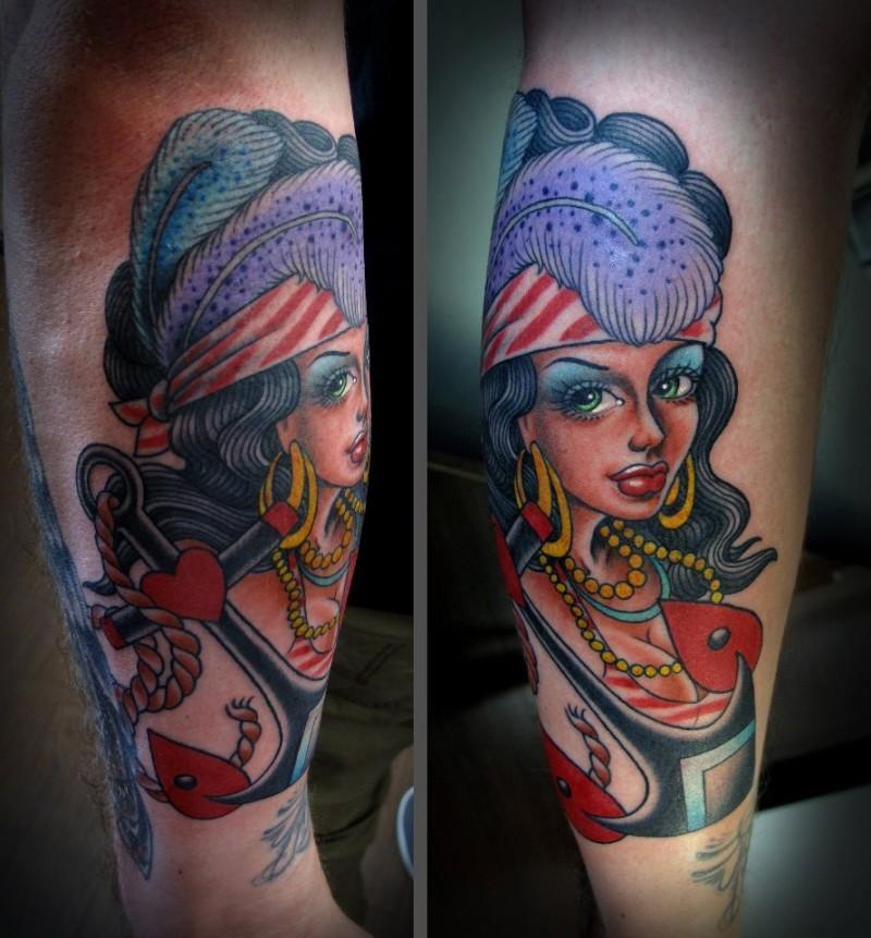 Tatuaje en el antebrazo, gitana extraordinaria, estilo viejo