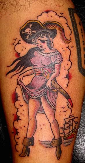 vecchio stile dipinto semplice donna pirata tatuaggio su gamba