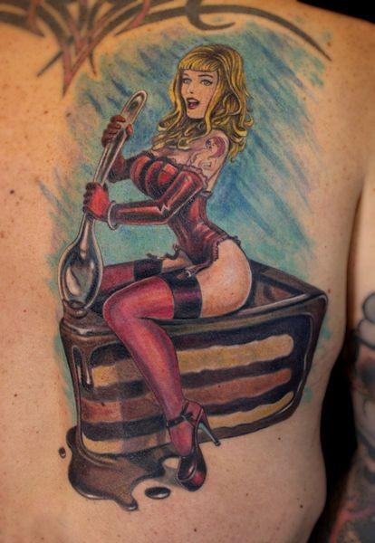 vecchio stile d&quotepoca colorato donna seducente con torta tatuaggio su schiena