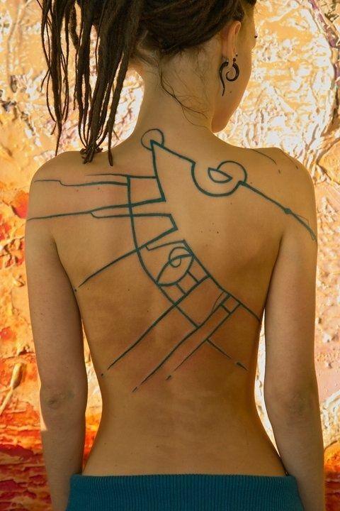 vecchi dipinti murali colore blu tatuaggio su tutta schiena