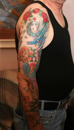 Old School Tattoo am Arm mit einer Menge von Elementen