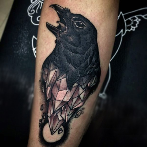 originale combinazione inchiostro nero corvo con cristallo tatuaggio su  braccio