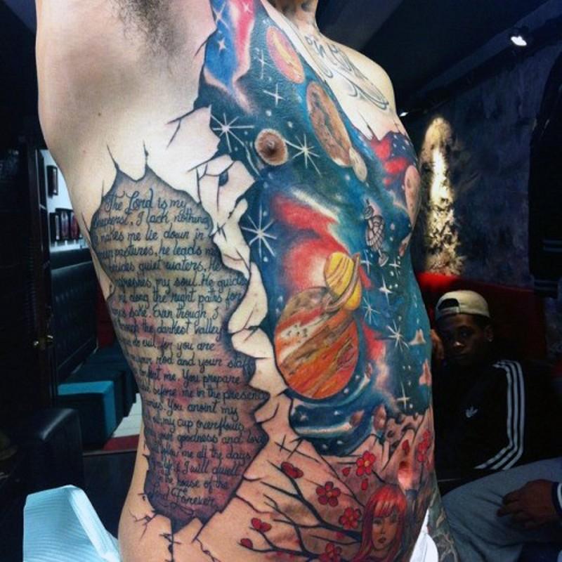 originale spazio massiccio combinato con navi tatuaggio su costolette e pancia